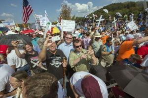 Supporters rally around Kim Davis